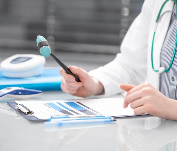 Lekarz przegląda dokumentację medyczną