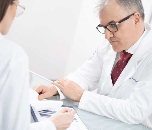 Lekarze analizują dokumentację medyczną