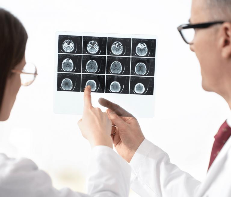 Lekarze badająrentgen głowy