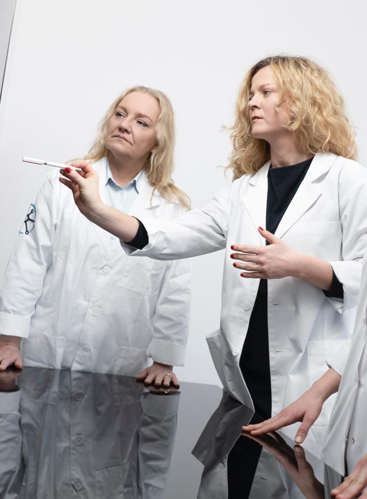 Zespół profesjonalnych lekarek analizuje obraz na monitorze
