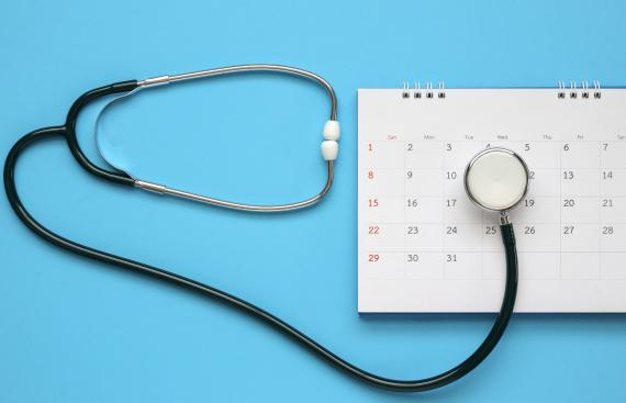 Stetoskop leżący na kalendarzu