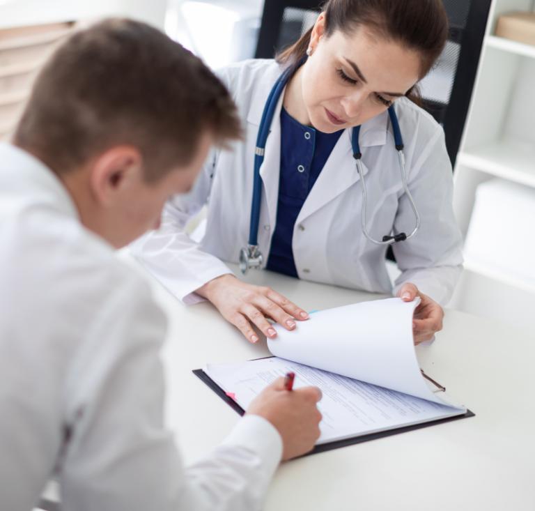 Lekarka przeprowadza konsultację z pacjentem